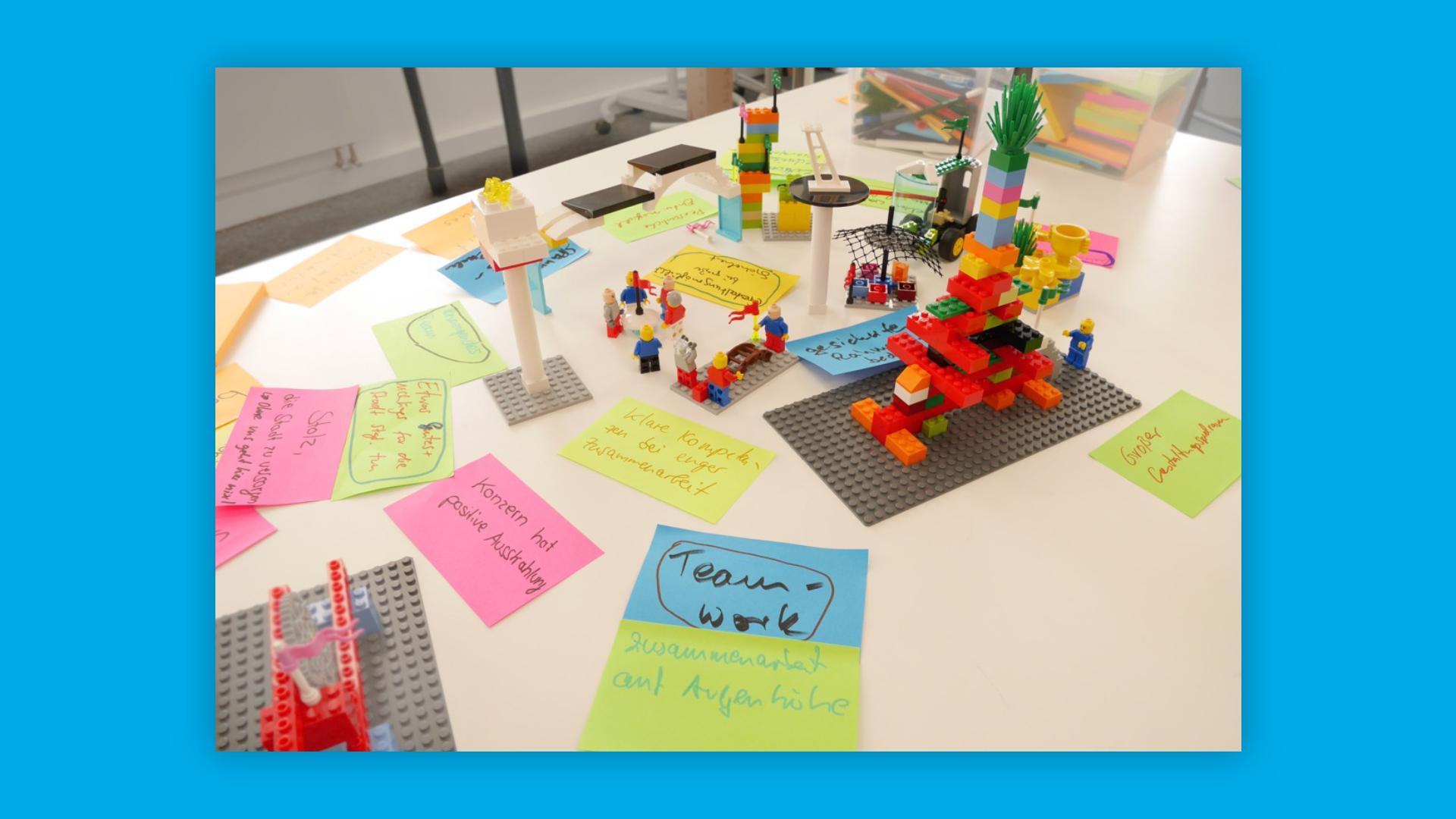 Tisch mit Lego-Serious-Play Materialien